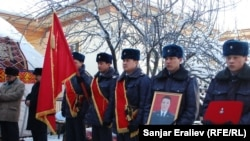 ИИМдин Уюшкан кылмыштуулукка жана коррупцияга каршы күрөшүү боюнча түштүк башкармалыгынын бөлүм башчысы Толкунбек Шоноев үйүнүн жанынан атып кетишкен.12-январь, 2013-жыл