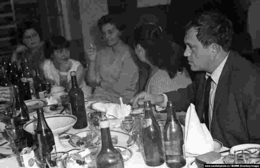Василий Аксенов за столом, 1961 год
