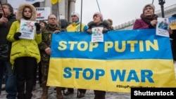 Учасники флешмобу #StopPutinsWarInUkraine. Київ, 21 січня 2017 року