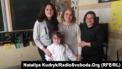 Учениця Міріам Фаучі зі своїми учителями