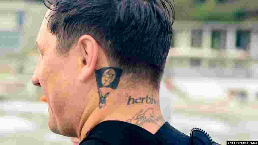 Татуювання серфера «Лефта» «herbivo» означає, що він «веган» – не їсть продукти тваринного походження