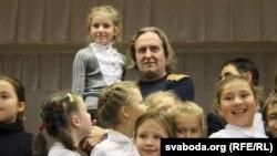 Юры Жыгамонт падчас заняткаў «Чытаем па-беларуску» ў Менску