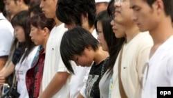Трехминутное молчание в память о жертвах землетрясения в Сычуане. Площадь Тяньаньмэнь в Пекине