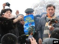 Лидеры оппозиции сжигают плакат партии «Нур Отан» на акции протеста. Алматы, 17 января 2012 года.