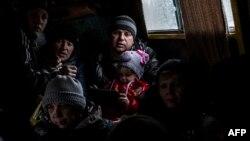 Семья в автобусе ожидает эвакуации из города Дебальцево, 1 февраля 2015 года