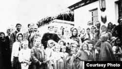 1916 йилда Россиядан Туркистонга кўчиб келган руслар маҳаллий аҳоли билан суратга тушмоқда.