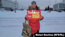 Молодая женщина выступает в поддержку телекомпании ТВ-2. Томск, 9 января 2014 года.