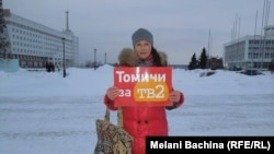 Одна из участниц пикетов в поддержку ТВ-2