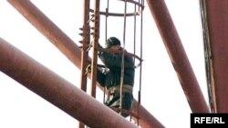 Юрий Хореев сот процесінің алдында наразылық білдіріп телемұнараның басына шығып алды. Қарағанды, 18 қараша 2009 жыл.