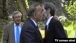 На переднем плане слева Гейдар Алиев, справа Абульфаз Эльчибей. На заднем плане Расул Гулиев, 1993