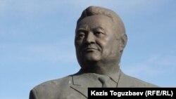 Бюст Заманбека Нуркадилова на его могиле. Алматы, 12 ноября 2011 года.
