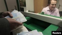 Белорусский рубль официально утвердился на отметке 8680 рублей за доллар