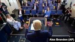 Donald Tramp na brifingu u Bijeloj kući, Vašington, 6 april 2020.
