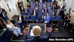 Президент США Дональд Трамп выступает в Белом доме. Вашингтон, 6 апреля 2020 года.