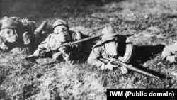 Итальянские солдаты готовы к отражению газовой атаки. Снимок 1917 года