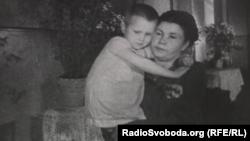 Ганна Стрижкова з мамою, кадр із фільму «Повість про наших дітей» 1945 року