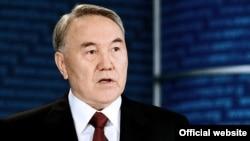 Қозоғистон президенти Нурсултон Назарбоев давлат мулозимларига чўнтакларни ағдаришни таклиф қилди.