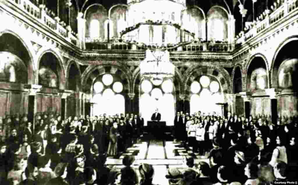 Congresul General al Bucovinei validează Unirea Bucovinei cu România, Cernăuți, 28 noiembrie 1918. La cererea acestui organism multi-etnic, Armata Română se afla deja în oraș pentru a-l proteja de atacurile bolșevicilor.