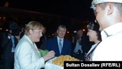 Германия канцлері Ангела Меркель Бішкек әуежайында. 14 шілде 2016 жыл.