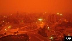 عاصفة ترابية تضرب وسط العاصمة العراقية بغداد