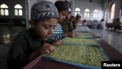 Пакистанда мечитте окуган балдар. 16-апрель, 2015