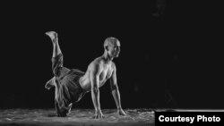"""Нурбек Батулла в спектакле """"Әлиф"""". Фото Рамиса Назмиева"""