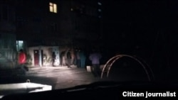 Сотрудники правоохранительных органов пытаются убедить жителей Киргулинского района разойтись по домам.