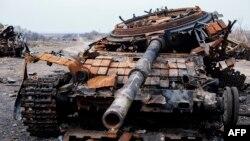Знищений танк Т-72 на дорозі поблизу села Логвинове неподалік Дебальцевого