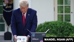 Дональд Трамп брифинг аввалида 5 минутлик COVID-19 тестини ўтказмоқда. 30 март 2020 йил.