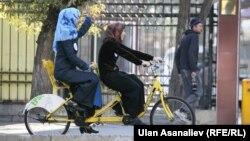 Бишкекте жоолукчан аялдардын велосипед тебиши. 5-ноябрь, 2013-жыл
