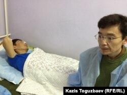 Галым Агелеуов, гражданский активист, навещает прооперированного онкологического больного бывшего нефтяника из Жанаозена Максата Досмагамбетова. Алматы, 2 апреля 2015 года.