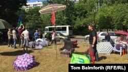 Жители Лосиноостровского района Москвы дежурят в парке Торфянка, чтобы не допустить строительства церкви