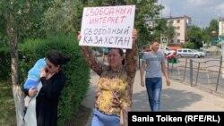 Жительница казахстанской столицы Анна Шукеева c плакатом с призывом против ограничения конфиденциальности пользователей и интернет-цензуры. Нур-Султан, 26 июля 2019 года.