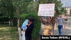Азаматтық белсенді Анна Шүкеева интернетте қолданушы құпиялығын шектеуге және цензураға қарсылық білдіріп тұр. Нұр-Сұлтан, 26 шілде 2019 жыл.