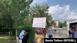 Интернет эркиндигин талап кылып пикетке чыккан жарандык активист Анна Шукеева. Нур-Султан, 26-июль, 2019-жыл.