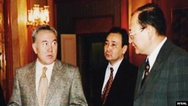 Нұрсұлтан Назарбаев (сол жақта) пен Алтынбек Сәрсенбайұлы (оң жақта).