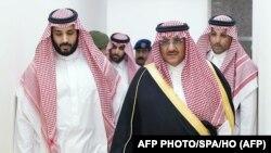 محمد بن نایف، در میانه تصویر، همراه محمد بن سلمان، نایب ولیعهد (سمت چپ)