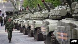 Военная техника, подготовленная пророссийскими сепаратистами ко Дню Победы, на площади Донецка. 5 мая 2015 года.