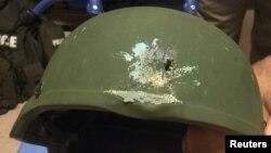 Полицейский шлем, поврежденный пулей во время стрельбы в клубе Pulse в Орландо. Полицейский не пострадал