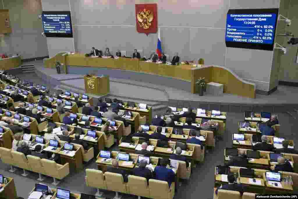 РУСИЈА - Долниот дом на рускиот парламент едногласно го донесе законот според кој владата може да ги прогласи медиумите кои се финансирани од странство за странски агенти. Амнести интернејшнал оцени дека законот ќе претставува сериозен удар за слободата на медиумите во Русија. Претседателот на Думата Вјачеслав Володин рече дека законот е симетричен одгово на, како што рече, американскиот притисок врз руските новинари. Радио Слободна Европа, кој е еден од медиумите засегнати од законот, соопшти дека на мерките на Думата не може да се гледа како на реципрочен одговор. Портпаролот на Кремљ, Дмитри Песков, одби да одговори дали Путин ќе го потпише законот, а претставникот на Путин во Думата, Гари Минх, за новинската агенција ТАСС изјави дека администрацијата на Путин го поддржува законот. Со новата регулатива веројатно ќе бидат опфатени меѓународните медиумски куќи како Радио Слободна Европа, Гласот на Америка, Си-Ен-Ен и Дојче Веле.
