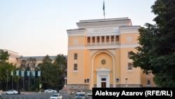 У здания Национальной академии наук в Алматы. Архивное фото.
