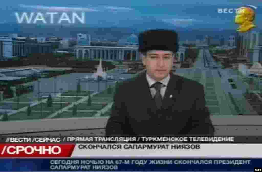 Türkmən televiziyasının aparıcısı prezident Saparmurad Niyazovun vəfatı barədə xəbər verir, 21 dekabr 2006