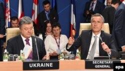 Varşava sammiti, Ukrayna prezidenti Petro Poroshenko (solda) və NATO-nun baş katibi Jens Stoltenberg