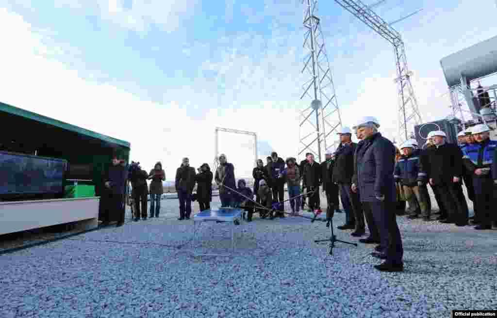 Vladimir Konstantinov ve Sergey Aksenov Kubanden Qırımğa energetik köpürniñ ekinci yolağınıñ tüşürilmesinde, 2015 senesi dekabr 15 künü