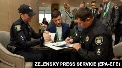 Поліцейські оштрафували кандидата у президенти Володимира Зеленського за демонстрацію на камери бюлетеня під час голосування, що є порушенням виборчого законодавства. Київ, 21 квітня 2019 року