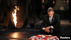 Israel -- U.S. President Barack Obama pauses for a moment as he lays a wreath at the Hall of Remembrance during his visit to the Yad Vashem Holocaust Memorial in Jerusalem, 22Mar2013