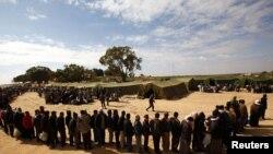Muncitori egipteni din Libia așteptînd să fie admiși ca refugiați în Tunisia