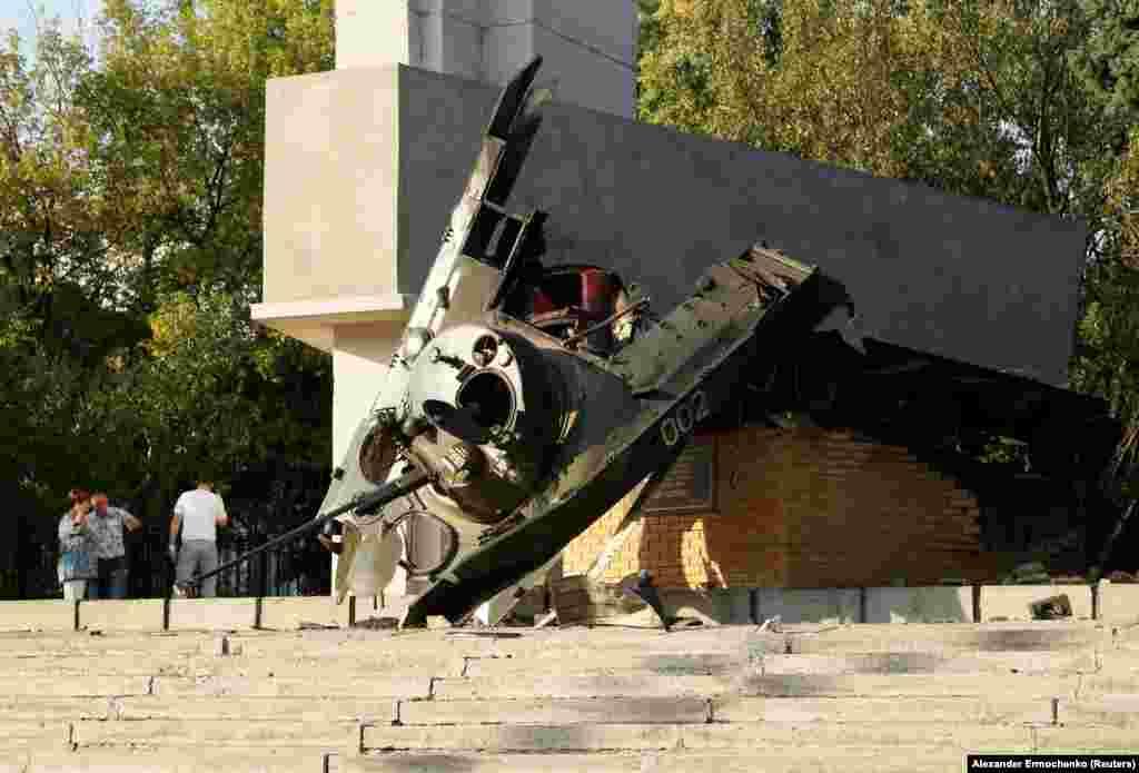 Підірваний увечері 18 вересня пам'ятник «бойова машина десанту» в центрі окупованого Луганська, 19 вересня 2017 року БІЛЬШЕ ПРО ЦЕ