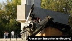 Pamje e monumentit të shkatërruar nga eksplodimi në Luhansk