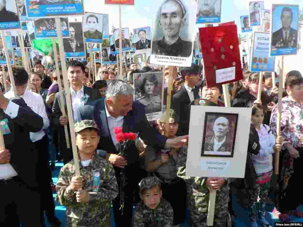 В нем участвовали сотни горожан, которые несли в руках фотографии своих погибших на войне родственников.